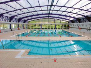 Muestra una foto de la piscina cubierta